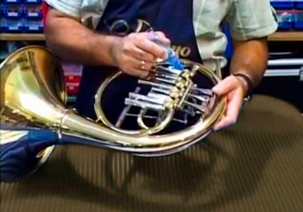 Su instrumento siempre a punto en nuestra Taller Musical.